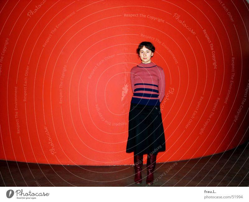 Lana Frau Mensch rot Freude Wand Bekleidung neu rund stehen Körperhaltung Streifen zart Stiefel Pullover Stolz