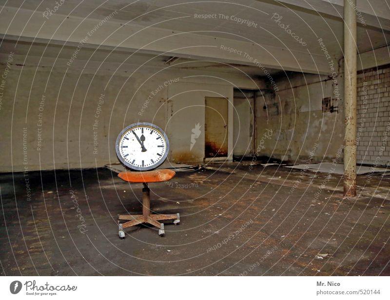Zeitumstellung | 5vor12 alt dunkel Wand Mauer Gebäude Raum dreckig Uhr trist leer Wandel & Veränderung Ziffern & Zahlen Zeichen Stuhl Fabrik