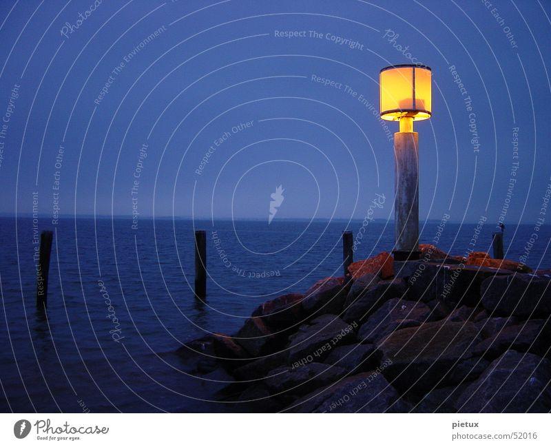 Der Letzte macht das Licht aus Wasser Himmel Meer blau Winter Strand Wolken Lampe kalt Holz Stein See Nebel Insel Hafen Leuchtfeuer