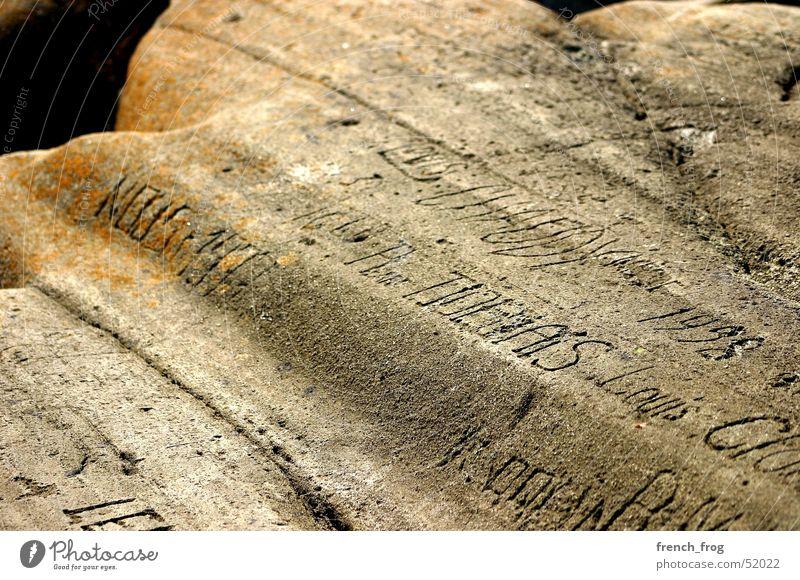 Erosion der Erinnerungen alt gelb Stein Traurigkeit braun Zeit Felsen Vergangenheit Brandung Ewigkeit Mitteilung Gravur