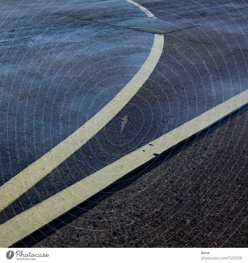 annäherung. blau schwarz gelb dunkel Straße Wege & Pfade Stein Linie braun nass Beton einfach Asphalt Autobahn Flughafen Trennung