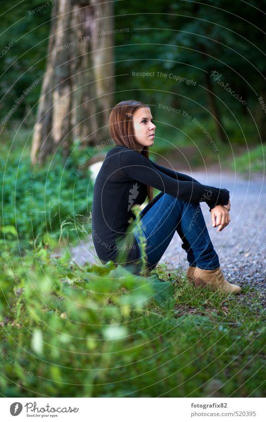 Du und ich. Wir sind alles was ich nicht bin. feminin Junge Frau Jugendliche 1 Mensch Natur Landschaft Pflanze Tier Wald Blick sitzen warten Gefühle Optimismus