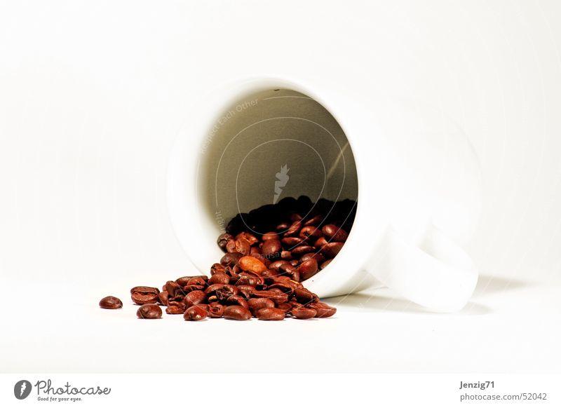 Verschüttet. Bohnen Kaffeebohnen Getränk Tasse weiß heiß kochen & garen zerkleinern coffee white cup bean beans hot rösten