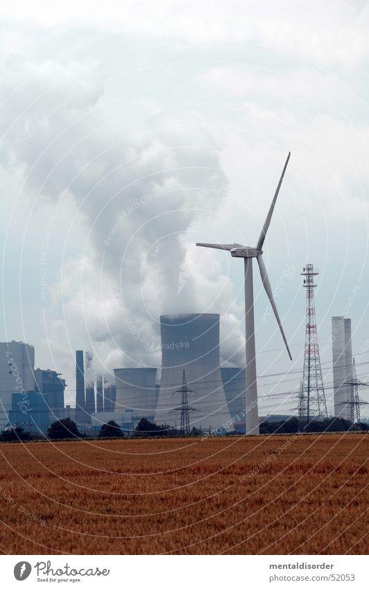 Atom oder Wind? Himmel Wolken Kraft Feld planen Energiewirtschaft Elektrizität Industriefotografie Bauernhof Windkraftanlage Abgas Schornstein ökologisch