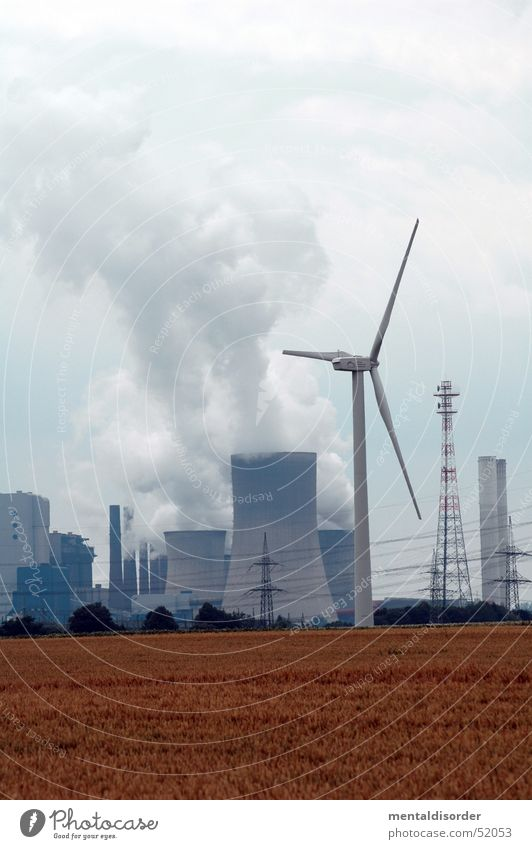 Atom oder Wind? Himmel Wolken Kraft Feld planen Wind Energiewirtschaft Elektrizität Industriefotografie Bauernhof Windkraftanlage Abgas Schornstein ökologisch Stromkraftwerke innovativ