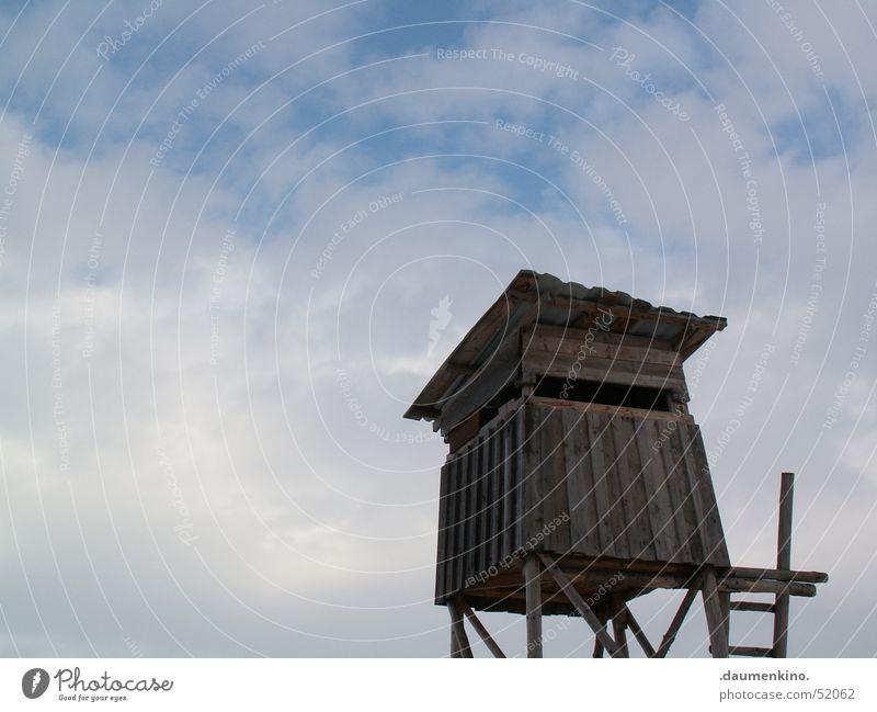 Aussichtsturm Holz Wolken Jäger Hochsitz Dach Himmel Leiter Jagd Hütte Ferne oben hoch Holzbrett Landschaft groß