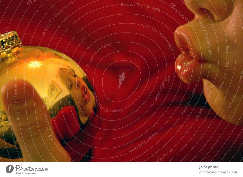 Die Kugel sieht dich! Mensch Kind Weihnachten & Advent rot Freude gelb Spielen Junge lustig Kindheit Mund Lippen Kugel Christbaumkugel Vorfreude Grimasse