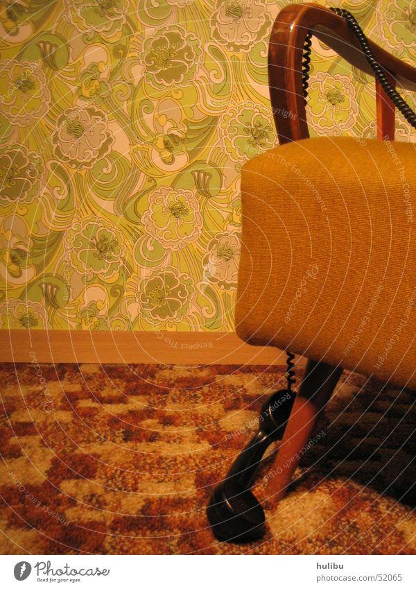 Keiner da? Siebziger Jahre Sechziger Jahre Oldtimer retro Sessel Telefon Wand Tapete Teppich braun grün Muster Blümchentapete Telefonkabel höhrer Stuhllehne