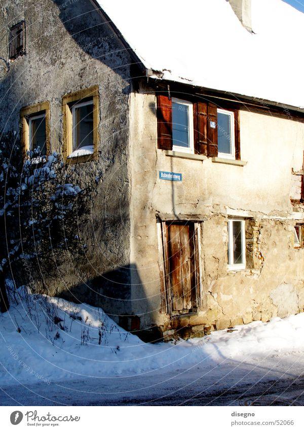 Die alte Ecke Haus Schnee Fenster Gebäude Dorf Ruine Fensterladen baufällig Denkmalschutz