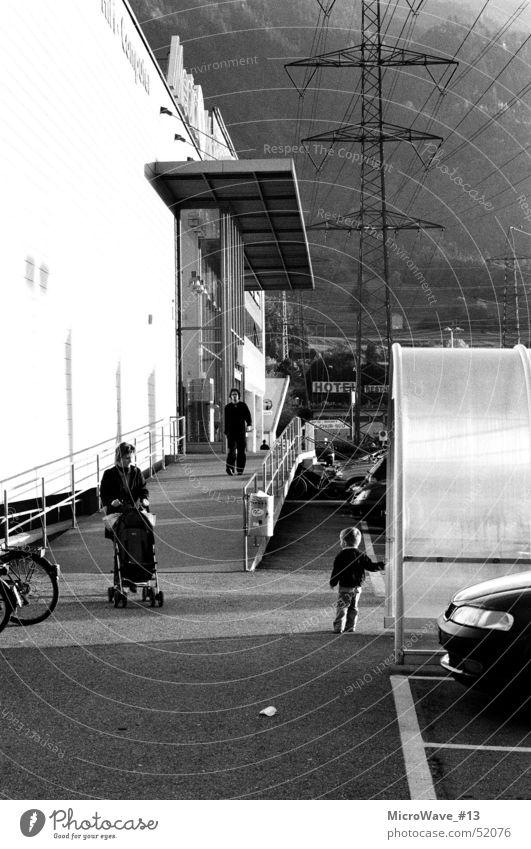 Once Upon A Time Schwarzweißfoto mann in schwarz kindheul kinderwagenquieeeetsch hochspannleitungzzzzz zzz zz ppbruummm