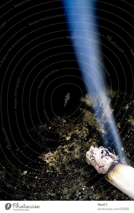 Der Brauch mit Rauch Zigarette Aschenbecher schwarz Nikotin Teer Glut blau Nebel Brandasche lucky strike smoke dreckig