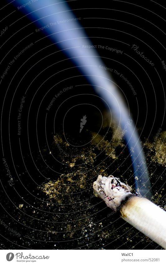 Langgezogene Linkskurve blau schwarz dreckig Nebel Brand Rauch Zigarette Teer Brandasche Glut Aschenbecher Nikotin