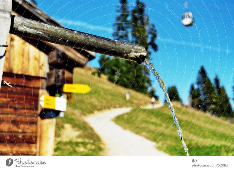 Brunnenrohr Wasser Wege & Pfade Trinkwasser Fußweg Hütte Röhren Eisenrohr Wegweiser Alm Gondellift Berghütte Wasserstrahl Süßwasser Holzhütte Rinnsal