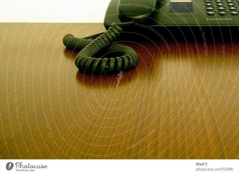 Halb zugehört Telefon Deutsche Telekom schwarz Ziffern & Zahlen Reflexion & Spiegelung Wand Mauer berühren Publikum kabal Maserung