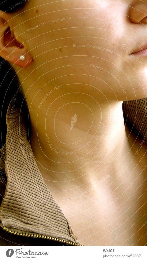 Wo denn nur? Kragen Stoff Textilien Perle Frau Wange Kinn Hals Mund Nase Ohr Haut Detailaufnahme Dame Junge Frau Ohrringe Reißverschluss Nacken offen