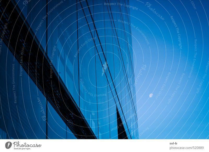 blau Stadt Einsamkeit Ferne dunkel kalt Fenster Architektur Gebäude Linie Luft Arbeit & Erwerbstätigkeit Business Büro elegant Stadtleben
