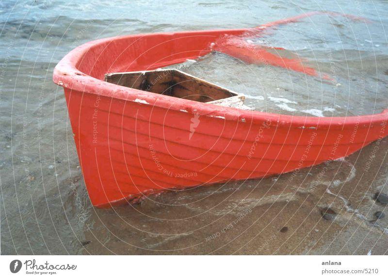 gestrandet Meer Wasserfahrzeug Fischerboot Strand rot Sand