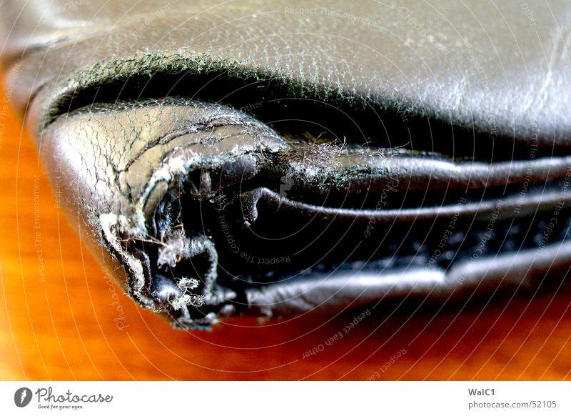 Lack und Leder Portemonnaie schwarz alt kaputt Holz Faltenwurf braun Naht Strukturen & Formen Maserung