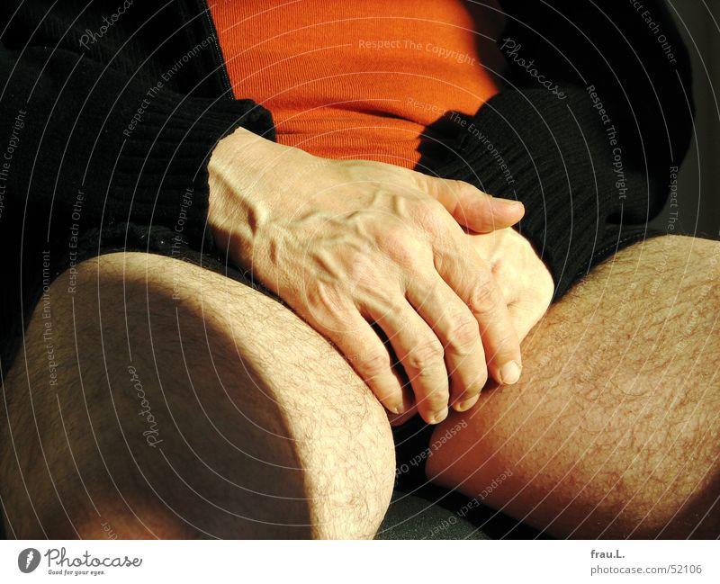 Hände in den Schoß legen Oberschenkel Gefäße Gelassenheit Mann Hand Jacke Sonnenlicht schwarz ruhig Mensch Freizeit & Hobby Unterhose sitzen Stuhl Erholung