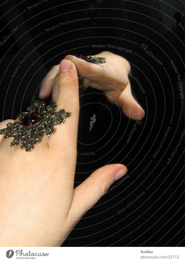 Die Hand aus dem Nichts Hand schwarz Stein Finger Kreis Spiegel Schmuck