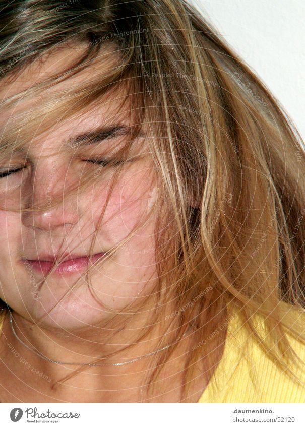Schütteln statt kämmen Frau Mädchen Freude Gesicht Auge gelb Gefühle Haare & Frisuren Bewegung Wind Mund geschlossen genießen Kette Pullover Haarsträhne