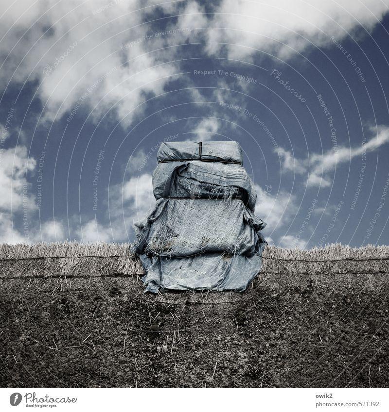 Package on a Schornstein Himmel Wolken Haus Bauwerk Gebäude Dach vermummt verpackt Strohdach Kunststoff Krankheit oben blau umwickelt Baustelle Problemlösung