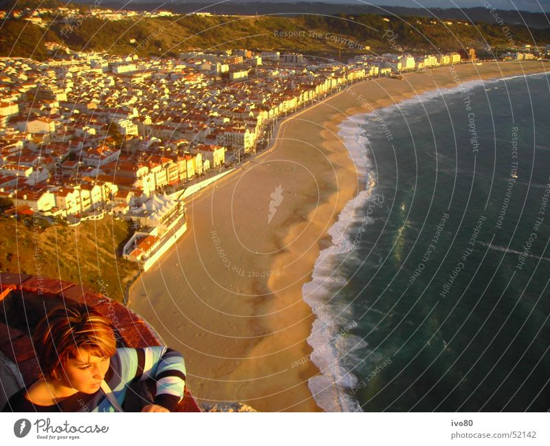 sunset nazare Wasser Meer Stadt Strand Ferien & Urlaub & Reisen Glück Sand Wellen Horizont Sehnsucht Brandung Portugal stagnierend Abendsonne Rundreise Nazare