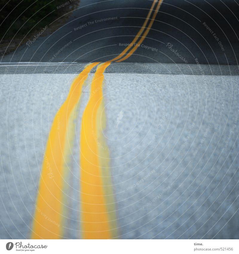 Wegbegleiter Verkehr Verkehrswege Straße Wege & Pfade Mittelstreifen Asphalt Straßenrand Linie dunkel elegant gelb grau Fernweh Einsamkeit Zufriedenheit Design
