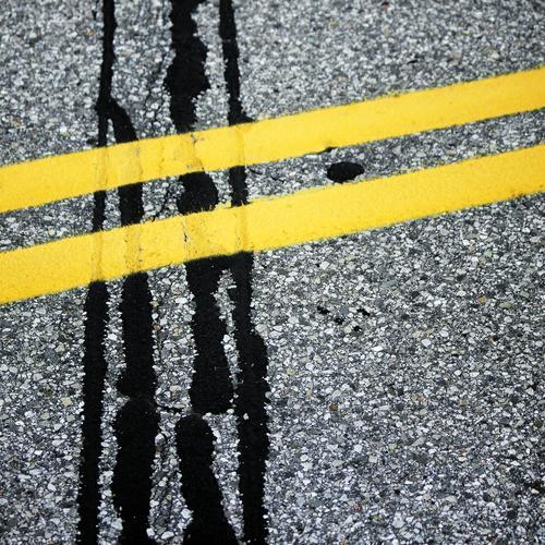 Asphaltfieber schwarz gelb Straße Wege & Pfade Linie Verkehr Schilder & Markierungen Ordnung Kommunizieren kaputt Vergänglichkeit Wandel & Veränderung