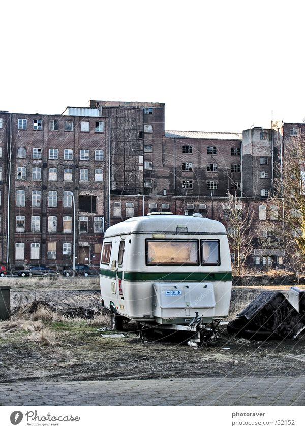 Die Holländer sind da:-) Einsamkeit Fenster dreckig retro kaputt Sofa Ruine Ghetto Wohnwagen old-school
