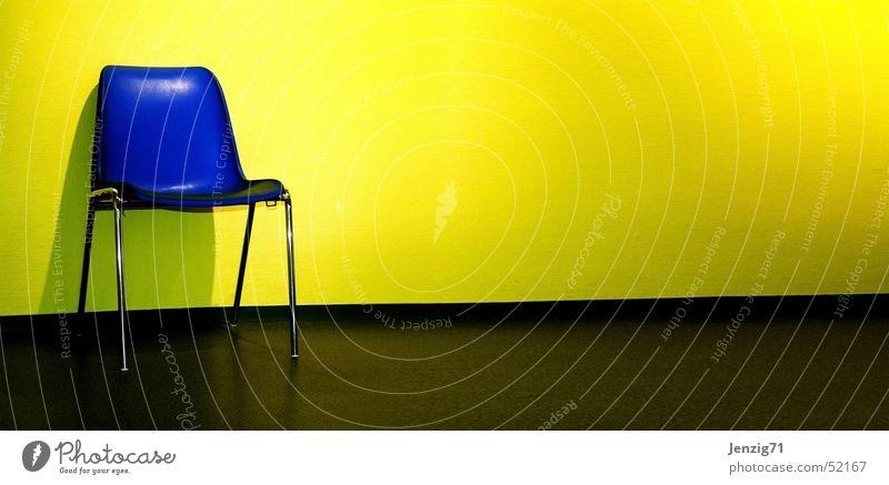 Stuhl Gang. blau gelb warten Zeit sitzen Stuhl Flur Sitzgelegenheit Behörden u. Ämter dauern