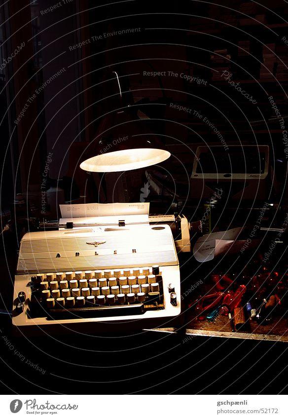 Nightwork Einsamkeit dunkel Arbeit & Erwerbstätigkeit kaputt Hoffnung Trauer chaotisch Werkzeug Nostalgie Reparatur unordentlich Schrott veraltet unbrauchbar armselig Überstunde