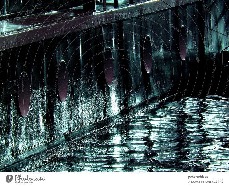 Bullaugen Wasser schwarz dunkel Wasserfahrzeug nass Verkehr violett Hafen Fett Oval Lichtfleck ölig