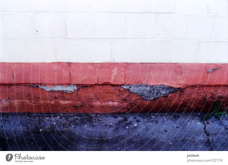 The White Stripe alt weiß rot schwarz Farbe Wand Stein Mauer dreckig