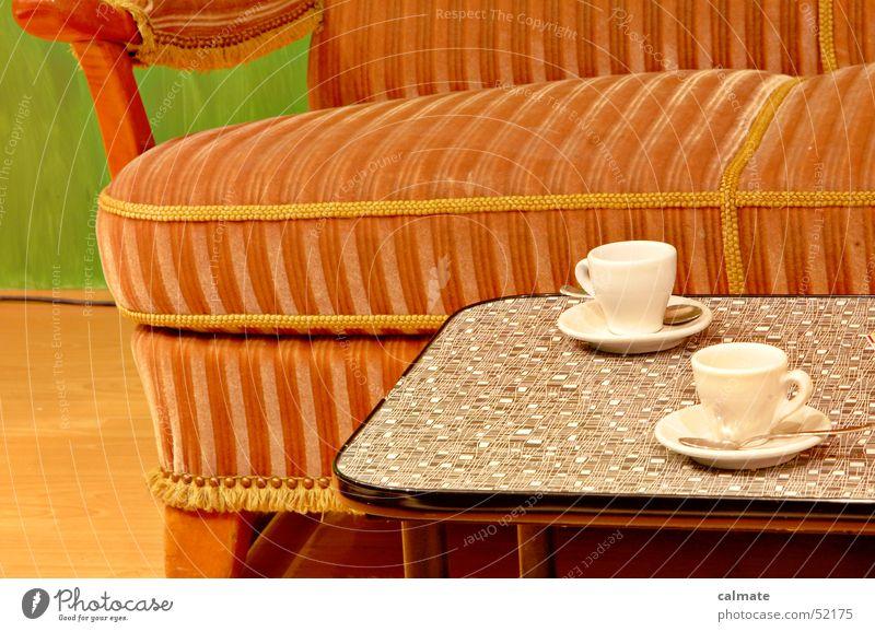 - kaffekränzchen bei oma - retro Nostalgie Sofa Erholung Sechziger Jahre Siebziger Jahre Tisch Kaffeetasse Sitzgelegenheit Pause Kaffeetrinken früher sitzgruppe