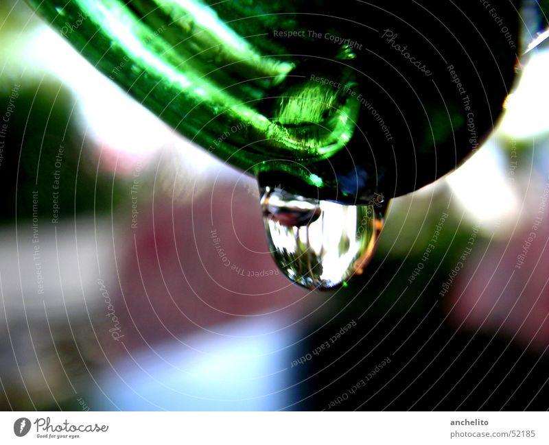 ein Tropfen aus einer Flasche grün liquide Hintergrundbild hängen Berghang Makroaufnahme Nahaufnahme bottle vessel Gefäße Wassertropfen drop droplet water