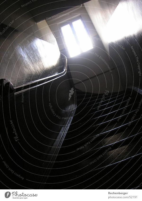 Aufstieg Fenster Holz Treppe Kurve Geländer aufsteigen Altbau