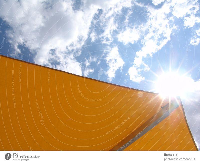 blick nach oben Wolken Sonnenschirm gelb Gegenlicht Sommer Licht Sonnenstrahlen Ferien & Urlaub & Reisen Himmel blau Beleuchtung