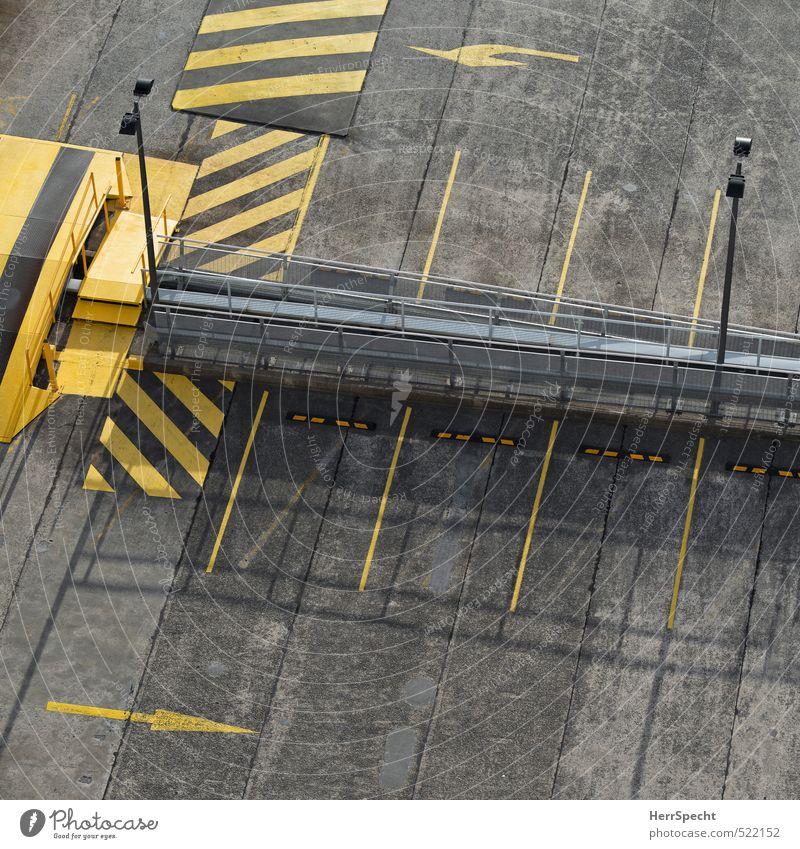 Parkfreiraum Stadt Bauwerk Gebäude Dach Verkehr Straßenverkehr Autofahren Schilder & Markierungen trist gelb grau leer Freiraum Parkplatz Parkplatzsuche