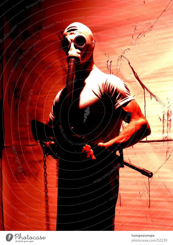 Blood-Drainer rot Terror spritzen Atemschutzmaske Gewehr Pistole Schußwaffen Mörder Söldner Ego-Shooter Computerspiel Blut Lack Mord Gewalt dreckig