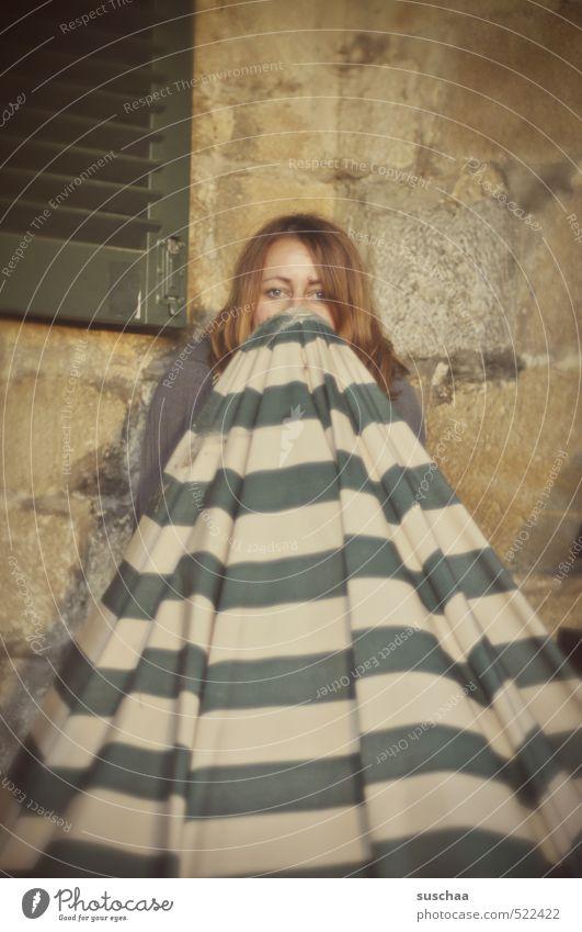 tarnkappe III feminin Junge Frau Jugendliche Erwachsene Leben Kopf Haare & Frisuren Gesicht Auge 1 Mensch 30-45 Jahre Blick Neugier Versteck Schüchternheit