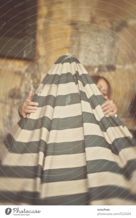 tarnkappe II feminin Frau Erwachsene Kopf Haare & Frisuren Auge Hand 1 Mensch 30-45 Jahre festhalten verstecken Sonnenschirm gestreift Stoff Versteck Blick