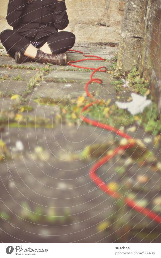 der rote faden ... feminin Frau Erwachsene Beine Fuß 1 Mensch 30-45 Jahre Herbst sitzen Nähgarn Stahlkabel Draht Schneidersitz Farbfoto Gedeckte Farben