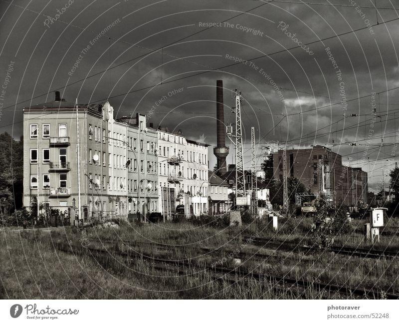 Industriegetto Haus Wolken Einsamkeit Gras Hamburg Industriefotografie Kabel Gleise Schornstein Ghetto Symbole & Metaphern Phönix Harburg