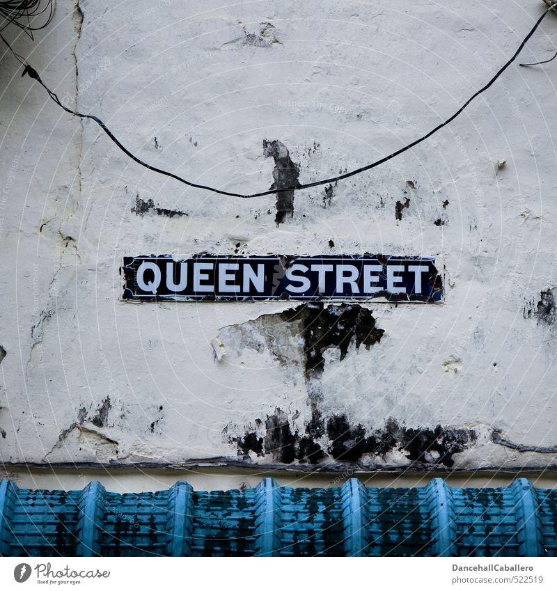 royal blau alt Wand Straße Mauer Fassade dreckig Verkehr Schilder & Markierungen Hinweisschild Dach Vergänglichkeit Kabel historisch Reichtum Straßenkunst