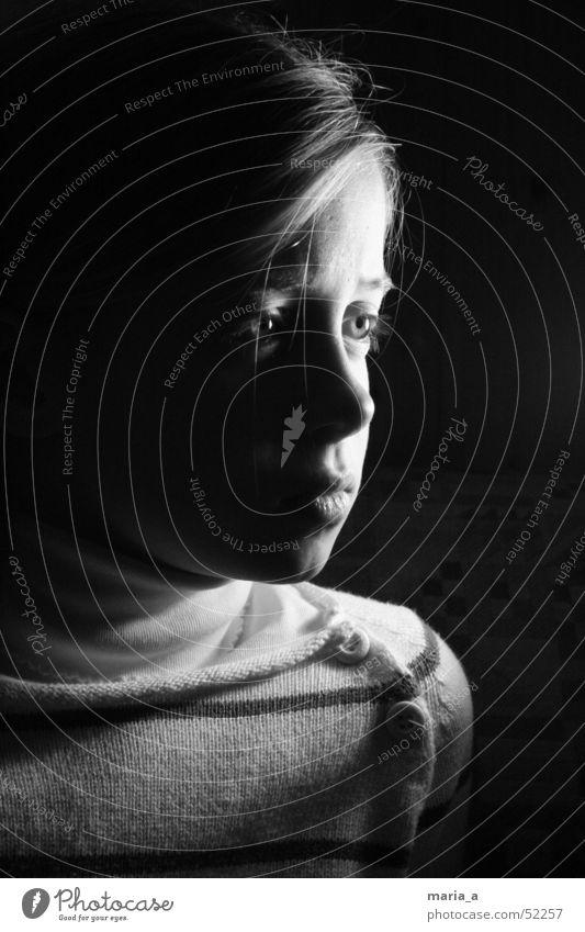 Mädchen 2# Kind schwarz dunkel Trauer Gefühle Licht Porträt hell Kontrast Traurigkeit Verzweiflung Gesicht Schwarzweißfoto b/w Gesichtsausdruck Fragen