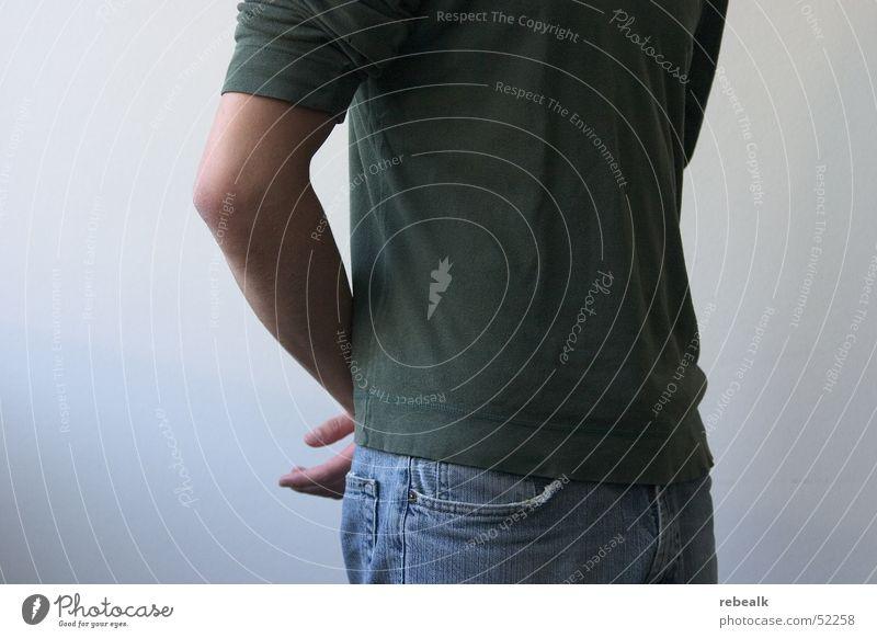Haltung Design Dienstleistungsgewerbe Karriere Erfolg maskulin Mann Erwachsene Brust Arme 1 Mensch Bekleidung T-Shirt Jeanshose Kommunizieren stehen warten grün