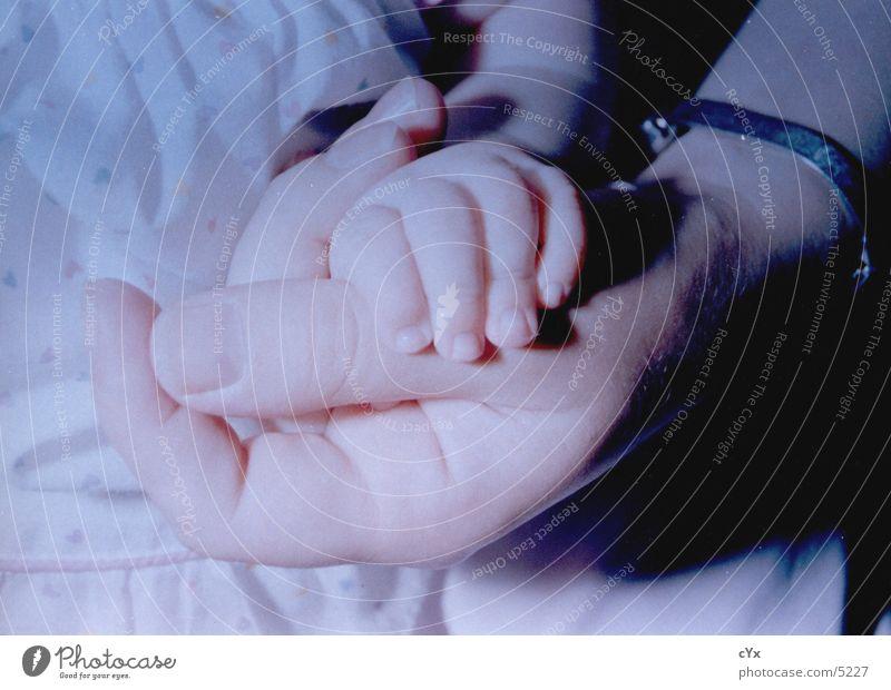 Zusammenhalt Mensch Kind Hand Wärme Baby Finger festhalten fangen Zusammenhalt Geborgenheit Geburt Armband
