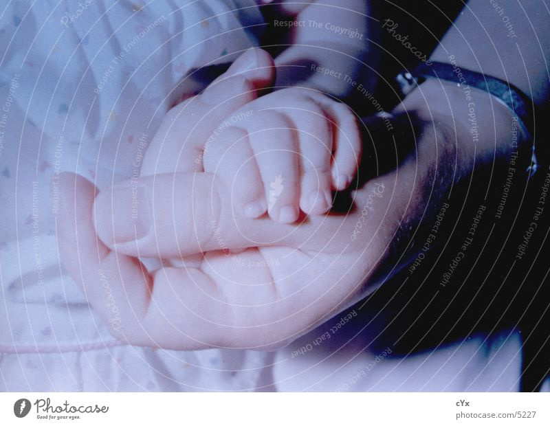 Zusammenhalt Mensch Kind Hand Wärme Baby Finger festhalten fangen Geborgenheit Geburt Armband