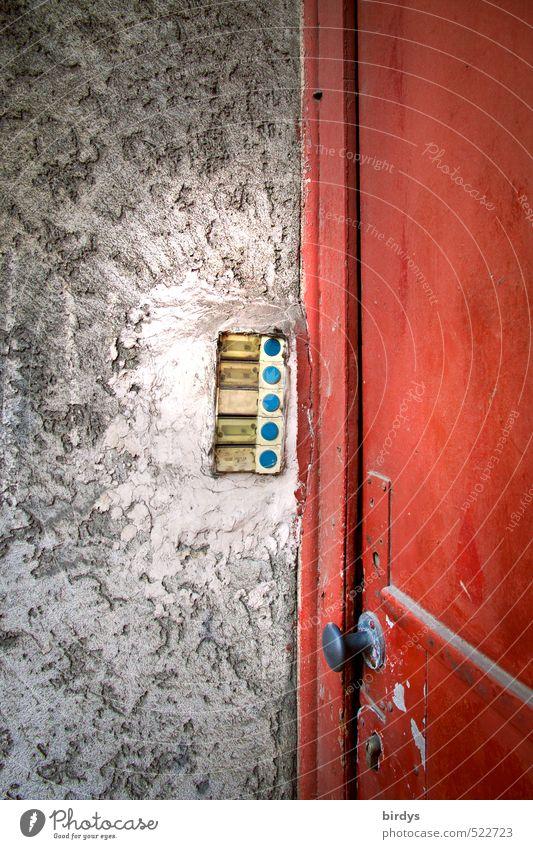 Klingelei Tür Namensschild Hauseingang alt hässlich Originalität grau rot bizarr Nostalgie Stadt verfallen Türknauf Farbfoto Außenaufnahme Menschenleer